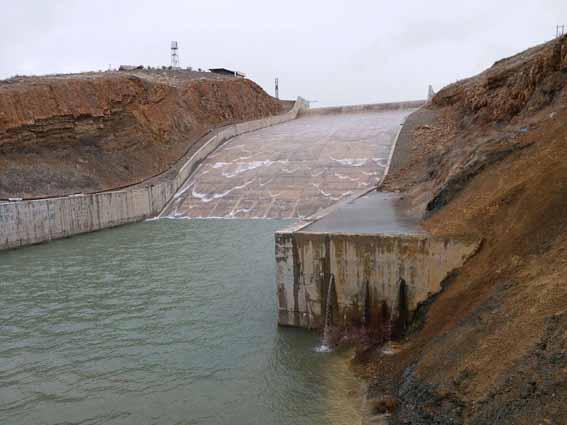 سد مخزنی سلیمانشاه در شهرستان سنقر سرریزشد